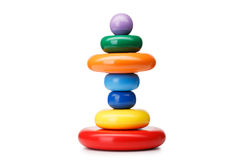 Строение пирамиды от колец, изолированных на белой предпосылке Красочные деревянные игрушки для младенцев Учить игрушку пирамиды  Стоковая Фотография