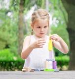 Строение ребенка дошкольного возраста башня красочных деревянных строительных блоков Стоковая Фотография RF
