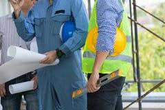 Строительная конструкция осмотра инженера и архитекторов с Ла стоковое изображение rf