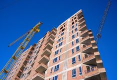 Строительная площадка жилого дома на предпосылке голубого неба Стоковое Изображение