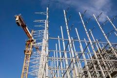 Строительная площадка крана и здания против голубого неба стоковая фотография