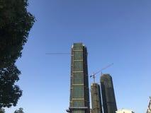 Строительная площадка многоэтажного здания под предпосылкой голубого неба стоковая фотография rf