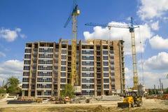 Строительная площадка при 2 промышленных крана башни работая на constr Стоковые Фото
