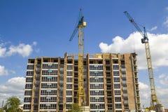 Строительная площадка при 2 промышленных крана башни работая на constr Стоковая Фотография RF