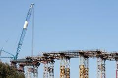 Строительная площадка тяжелой техники моста и крана стоковое фото rf