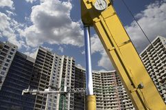 Строительная техника строительной техники, высоких и тяжелых на фоне здания под конструкцией Стоковая Фотография RF