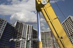 Строительная техника строительной техники, высоких и тяжелых на фоне здания под конструкцией Стоковое Изображение