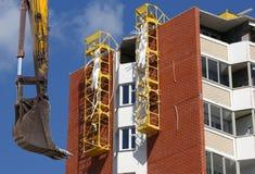 Строительная техника строительной техники, высоких и тяжелых на фоне здания под конструкцией Стоковое фото RF