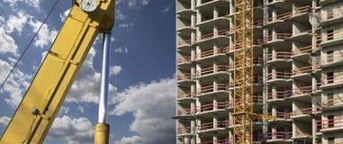 Строительная техника строительной техники, высоких и тяжелых на фоне здания под конструкцией Стоковое Изображение RF