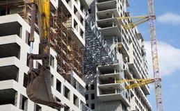 Строительная техника строительной техники, высоких и тяжелых на фоне здания под конструкцией Стоковые Изображения RF