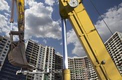 Строительная техника строительной техники, высоких и тяжелых на фоне здания под конструкцией Стоковая Фотография