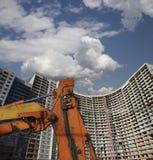 Строительная техника строительной техники, высоких и тяжелых на фоне здания под конструкцией Стоковые Фотографии RF
