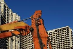 Строительная техника строительной техники, высоких и тяжелых на фоне здания под конструкцией Стоковые Фото