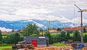 Строительства на горах Prealps в грюйере Fribourg в Швейцарии Стоковое фото RF