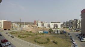 Строительная площадка и новый дом строения в населенном пункте городского типа 4K видеоматериал