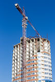 Строительная площадка крана и здания против голубого неба Здания Стоковое Фото