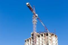 Строительная площадка крана и здания против голубого неба Здания Стоковая Фотография