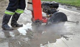 Строительная площадка, режущий инструмент асфальта на строительстве дорог сидит Стоковые Изображения RF