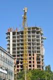 Строительная площадка с блоком высотного здания под конструкцией в городской среде Стоковая Фотография