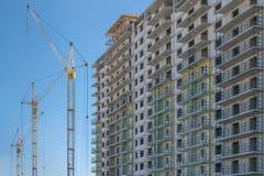 Строительная площадка с кранами и зданием Стоковая Фотография