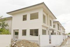 Строительная площадка с новыми домами под конструкцией стоковое фото
