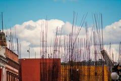 Строительная площадка с облаками и предпосылкой голубого неба Стоковая Фотография RF