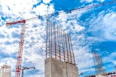 Строительная площадка с промышленным краном и концом вверх усиленных бетонных стен, строить здания небоскреба Стоковая Фотография RF