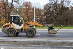 Строительная техника перехода экскаватора на улице в Мюнхене Стоковые Изображения RF
