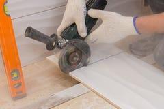Строительство кладя плитку на стену Стоковые Изображения RF