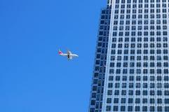 строить близко плоскость опасно летая к Стоковое Фото