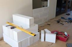 Строить малую стену с блоками легкого бетона Стоковая Фотография RF