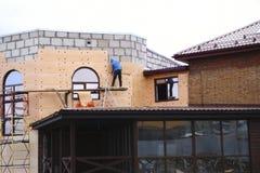Строить работу дом-кирпича, строя изоляция стоковая фотография