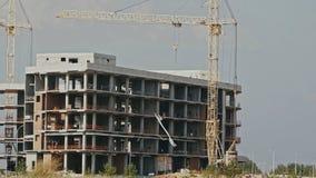 стройка место в течение дня: здание под конструкцией видеоматериал