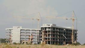 стройка место в течение дня: 2 здания под конструкцией акции видеоматериалы