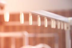 Строка абстрактного конца изображения поднимающая вверх вешалки на бельевой веревке Стоковая Фотография RF