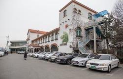 Строка автомобиля припаркованная из ресторана стоковое изображение rf