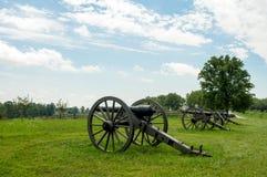 Строка артиллерии карамболя указывая над ландшафтом Стоковая Фотография