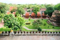 Строка белых статуи и пагоды Будды на Wat Yai Chaimongkol, Phra Nakhon Si Ayutthaya, Таиланде Висок буддизма стоковая фотография rf