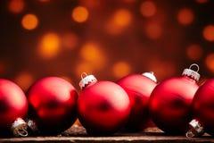 Строка больших красных глобусов орнамента рождества Стоковое фото RF