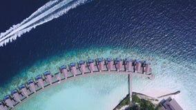Строка бунгало и ехать шлюпки на береговой линии Мальдивов видеоматериал