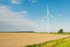 Строка ветротурбин в сельском ландшафте. Стоковая Фотография RF