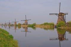 Строка ветрянки от фронта к задней части в kinderdijk с красивым отражением речной воды стоковое изображение