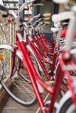 Строка велосипедов города припарковала около общежития Стоковая Фотография