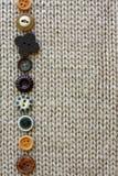 Строка винтажных кнопок выровнялась вверх на мягкой предпосылке ткани Стоковое Изображение RF