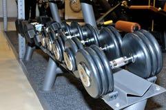 Строка гантелей металла на шкафе в спортзале, спортивном клубе Стоковые Фото