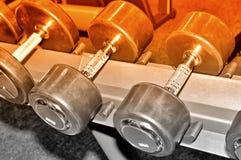 Строка гантелей на шкафе, тонизированного изображения металла Стоковая Фотография RF