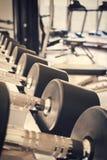 Строка гантелей в спортивном клубе, Стоковая Фотография RF