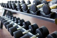 Строка гантелей на спортзале Стоковая Фотография RF