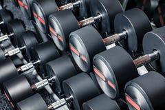 Строка гантелей на спортзале Стоковые Изображения RF