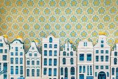 Строка голубых миниатюрных домов канала Амстердама фарфора сувенира Стоковое фото RF